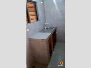 Chambre Salon WC douche cuisine internes terrasse et garage à Adidogomé Madiba à 50m juste du goudron, 3 ménages